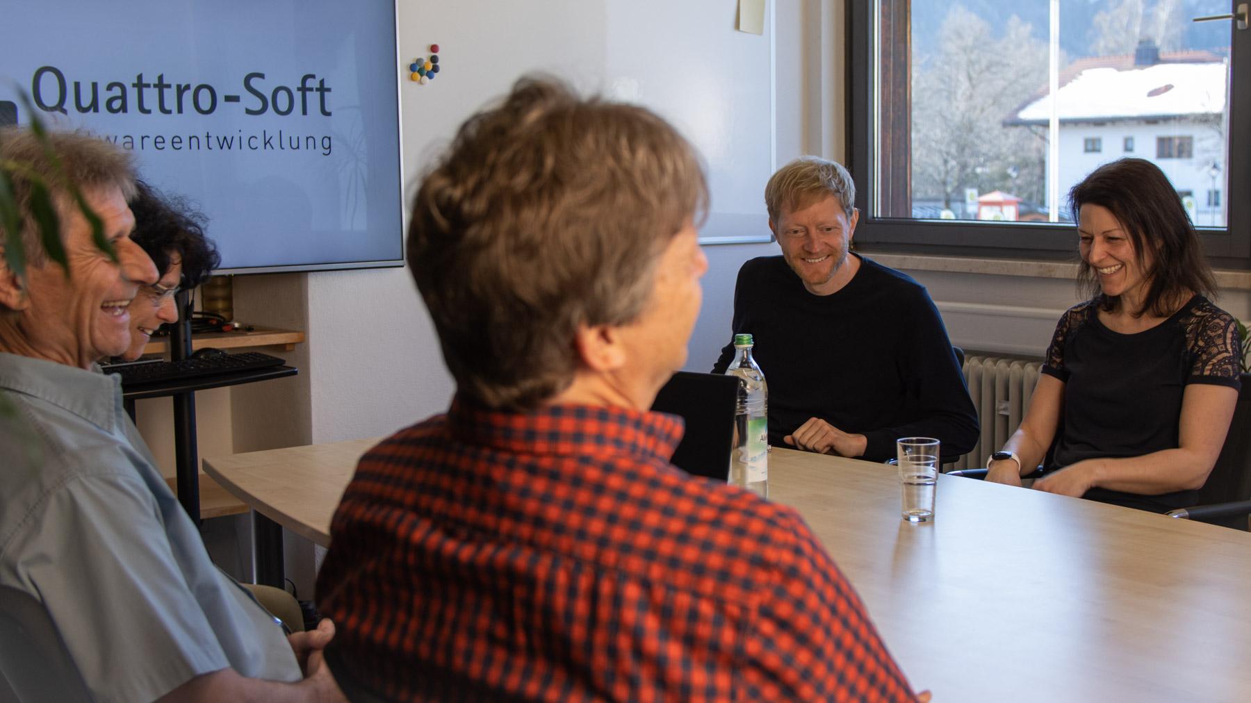 Ein Teil des Quattro-Soft-Teams bei einer Besprechung.